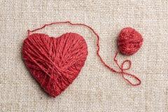 Θερμή καρδιά φιαγμένη από κόκκινο νήμα μαλλιού Στοκ Φωτογραφία