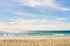 Θερμή μπλε θάλασσα λευκό σύννεφων Ελαφριά άμμος Στοκ εικόνες με δικαίωμα ελεύθερης χρήσης