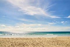 Θερμή μπλε θάλασσα λευκό σύννεφων Ελαφριά άμμος Στοκ Εικόνα