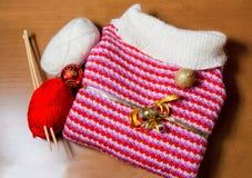 Θερμή πλεκτή σφαίρα πουλόβερ και Χριστουγέννων στο ξύλινο υπόβαθρο Στοκ εικόνα με δικαίωμα ελεύθερης χρήσης