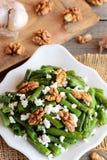 Θερμή πράσινη σαλάτα φασολιών Απλή πράσινη σαλάτα φασολιών με το τυρί εξοχικών σπιτιών, τα ακατέργαστα ξύλα καρυδιάς, το σκόρδο κ Στοκ εικόνες με δικαίωμα ελεύθερης χρήσης