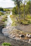 Θερμή ροή του νερού στην καυτή κοιλάδα άνοιξη Haukadalur Στοκ Φωτογραφία
