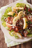 Θερμή σαλάτα με το μπέϊκον, τα κρεμμύδια, το πράσινα μήλο και το τυρί αιγών Vert Στοκ φωτογραφία με δικαίωμα ελεύθερης χρήσης