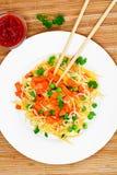 Θερμή σαλάτα των ζυμαρικών με την κολοκύθα, τα καρότα, τα μπιζέλια και το κεράσι Tomat Στοκ εικόνα με δικαίωμα ελεύθερης χρήσης