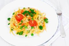 Θερμή σαλάτα των ζυμαρικών με την κολοκύθα, τα καρότα, τα μπιζέλια και το κεράσι Tomat Στοκ Φωτογραφίες