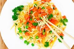 Θερμή σαλάτα των ζυμαρικών με την κολοκύθα, τα καρότα, τα μπιζέλια και το κεράσι Tomat Στοκ εικόνες με δικαίωμα ελεύθερης χρήσης