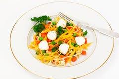 Θερμή σαλάτα των νουντλς, κολοκύθα, καρότα, μπιζέλια με την ντομάτα κερασιών Στοκ Εικόνες