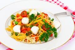 Θερμή σαλάτα των νουντλς, κολοκύθα, καρότα, μπιζέλια με την ντομάτα κερασιών Στοκ Φωτογραφία