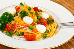 Θερμή σαλάτα των νουντλς, κολοκύθα, καρότα, μπιζέλια με την ντομάτα κερασιών Στοκ Εικόνα
