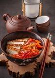 Θερμή σαλάτα των νουντλς ρυζιού με τα φρέσκα λαχανικά και το τηγανισμένο κοτόπουλο Στοκ Εικόνα