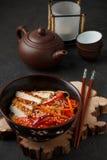 Θερμή σαλάτα των νουντλς ρυζιού με τα φρέσκα λαχανικά και το τηγανισμένο κοτόπουλο Στοκ Εικόνες