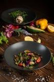 Θερμή ψημένη σαλάτα μελιτζάνας με τα χορτάρια και τα καρυκεύματα στοκ εικόνα