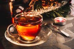 Θερμαίνοντας τσάι στην κούπα γυαλιού Στοκ Φωτογραφία