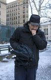 Θερμαίνοντας χέρι ατόμων με την αναπνοή ή το βήξιμο ενώ υπαίθρια το χειμώνα στοκ εικόνα με δικαίωμα ελεύθερης χρήσης