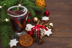 Θερμαμένες Χριστούγεννα κρασί, μπισκότα, καρυκεύματα και διακοσμήσεις Στοκ εικόνα με δικαίωμα ελεύθερης χρήσης