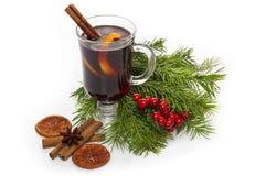 Θερμαμένες Χριστούγεννα κρασί, μπισκότα, καρυκεύματα και διακοσμήσεις Στοκ φωτογραφία με δικαίωμα ελεύθερης χρήσης