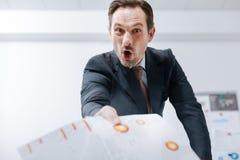 Θερμαμένος ηλικίας επιχειρηματίας που φωνάζει στον εργασιακό χώρο Στοκ Φωτογραφία