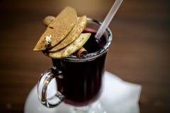 Θερμαμένο ζεστό ποτό κρασιού με το μήλο και την κανέλα Στοκ φωτογραφίες με δικαίωμα ελεύθερης χρήσης