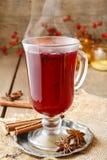 Θερμαμένο κρασί - ένα ποτό που γίνεται με το κόκκινο κρασί Στοκ Φωτογραφία