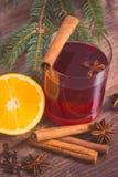 Θερμαμένο κρασί για το βράδυ Χριστουγέννων ή χειμώνα με τα καρυκεύματα στοκ εικόνες με δικαίωμα ελεύθερης χρήσης