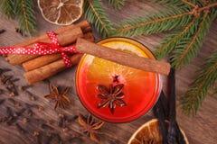 Θερμαμένο κρασί για το βράδυ Χριστουγέννων ή χειμώνα με τα καρυκεύματα και τους κομψούς κλάδους Στοκ φωτογραφία με δικαίωμα ελεύθερης χρήσης