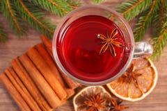 Θερμαμένο κρασί για το βράδυ Χριστουγέννων ή χειμώνα με τα καρυκεύματα και τους κομψούς κλάδους Στοκ εικόνα με δικαίωμα ελεύθερης χρήσης