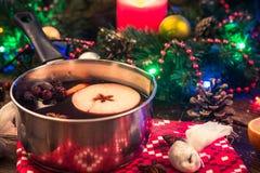 Θερμαμένο κρασί, εορταστικό dring για τις κρύες χειμερινές ημέρες στοκ φωτογραφίες