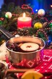 Θερμαμένο κρασί, εορταστικό dring για τις κρύες χειμερινές ημέρες στοκ φωτογραφία με δικαίωμα ελεύθερης χρήσης