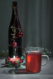 Θερμαμένο κρασί, διακοσμημένο μπουκάλι και καίγοντας κερί Στοκ φωτογραφία με δικαίωμα ελεύθερης χρήσης