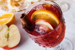 Θερμαμένο κρασί, κανέλα μήλων, πορτοκάλι, κατεψυγμένο, πάγος, κινηματογράφηση σε πρώτο πλάνο, grog, sangria Στοκ Εικόνες
