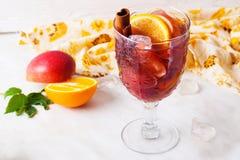 Θερμαμένο κρασί, κανέλα μήλων, πορτοκάλι, κατεψυγμένο, πάγος, κινηματογράφηση σε πρώτο πλάνο, grog, sangria Στοκ εικόνες με δικαίωμα ελεύθερης χρήσης