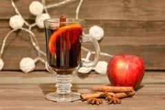 θερμαμένο κρασί καρυκε&upsilo Apple, ραβδιά κανέλας και φανάρια wo Στοκ εικόνα με δικαίωμα ελεύθερης χρήσης