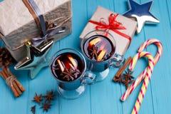Θερμαμένο κρασί, κιβώτια δώρων, καραμέλες και διακοσμήσεις στο φωτεινό backg Στοκ εικόνες με δικαίωμα ελεύθερης χρήσης