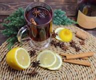 θερμαμένο κρασί με ένα λεμόνι, κανέλα, ένα anisetree, Στοκ Εικόνα