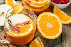 Θερμαμένο κρασί με τα πορτοκάλια, ρόδι Στοκ φωτογραφία με δικαίωμα ελεύθερης χρήσης