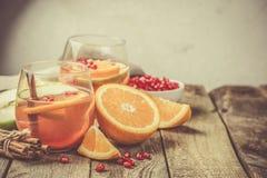 Θερμαμένο κρασί με τα πορτοκάλια, ρόδι Στοκ Φωτογραφίες