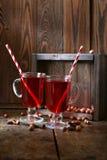 Θερμαμένο κρασί με τα ραβδιά κανέλας στο σκοτεινό ξύλινο υπόβαθρο Στοκ φωτογραφίες με δικαίωμα ελεύθερης χρήσης