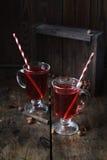 Θερμαμένο κρασί με τα ραβδιά κανέλας στο σκοτεινό ξύλινο υπόβαθρο Στοκ Εικόνες