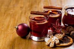 Θερμαμένο κρασί με τα συστατικά στο ξύλινο υπόβαθρο, τοπ άποψη στοκ εικόνες με δικαίωμα ελεύθερης χρήσης
