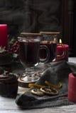 Θερμαμένο κρασί με την κανέλα σε έναν πίνακα Στοκ Εικόνες