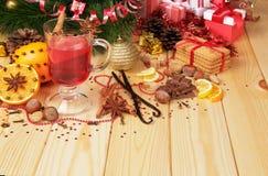 Θερμαμένο κρασί με τη ζάχαρη και καρύκευμα σε ένα υπόβαθρο Στοκ εικόνα με δικαίωμα ελεύθερης χρήσης