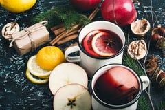 Θερμαμένο κρασί με τις φέτες μήλων και λεμονιών Στοκ Φωτογραφία