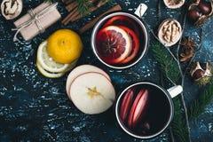 Θερμαμένο κρασί με τις φέτες μήλων και λεμονιών Στοκ εικόνα με δικαίωμα ελεύθερης χρήσης