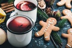 Θερμαμένο κρασί με τις φέτες μήλων και λεμονιών Στοκ Εικόνες