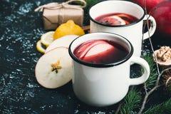 Θερμαμένο κρασί με τις φέτες μήλων και λεμονιών Στοκ εικόνες με δικαίωμα ελεύθερης χρήσης