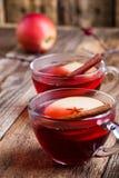 Θερμαμένο κρασί με τις φέτες μήλων Στοκ φωτογραφία με δικαίωμα ελεύθερης χρήσης