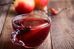 Θερμαμένο κρασί με τις φέτες μήλων Στοκ εικόνα με δικαίωμα ελεύθερης χρήσης