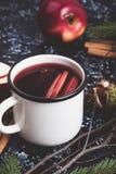 Θερμαμένο κρασί με τις φέτες μήλων Στοκ Φωτογραφίες