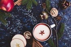 Θερμαμένο κρασί με τις φέτες μήλων Στοκ Εικόνες