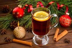 Θερμαμένο κρασί με το γλυκάνισο και τη σφαίρα Χριστουγέννων Στοκ Εικόνες